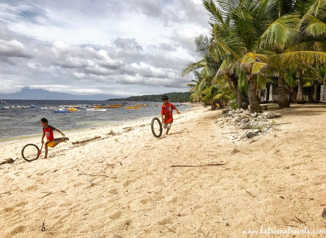 Kids playing at the beach on Siquijor